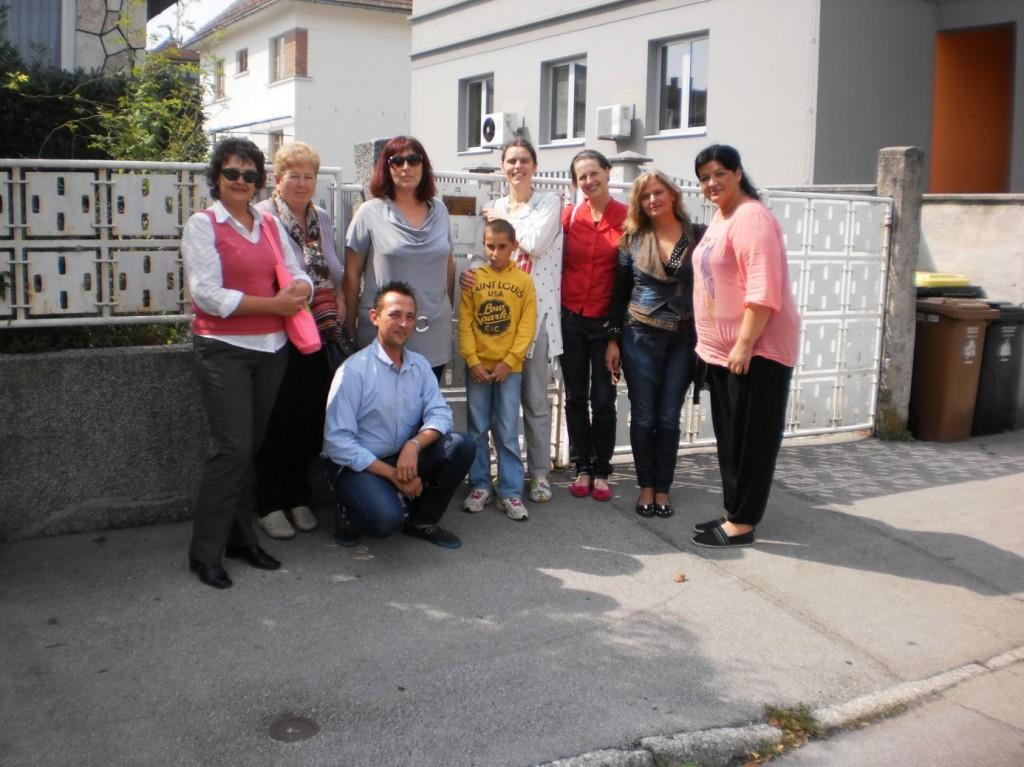 Снимка с потребител и педагогът на Кризисния център в Любляна
